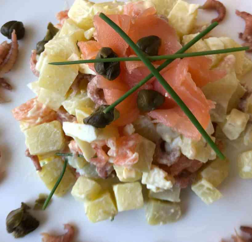 Aardappelsalade met zalm en garnalen