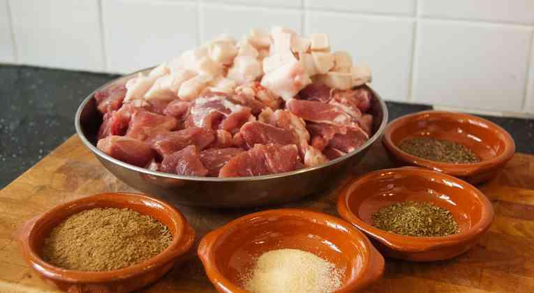 Ingredienten voor verse barbecue worsten