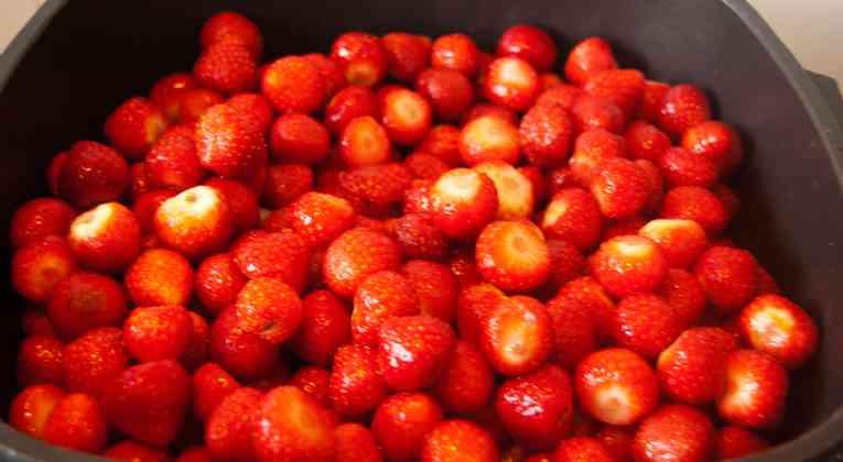 Verse aardbeien in de pan